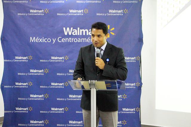 Gunther Echenique, Gerente de Recursos Humanos de Walmart brindando palabras