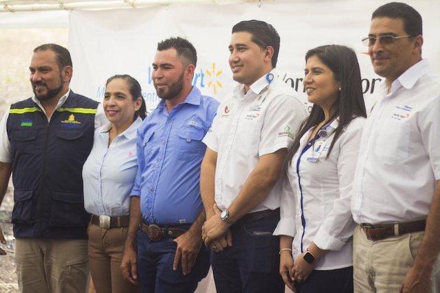 Jose Alberto Benitez alcaldesa de El Paraiso Ligia Lainez productor Edwin Fajardo Jorge Alfaro y Viena Ochoa de Walmart