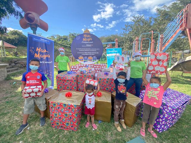 Walmart realiza donación de regalos para celebrar las festividades de fin de año.